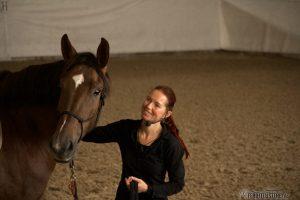 Vox Pferdeprofi Sandra Schneider kuschelt mit Pferd
