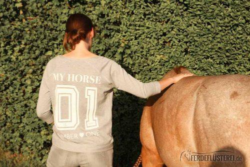 Pferd grast entspannt