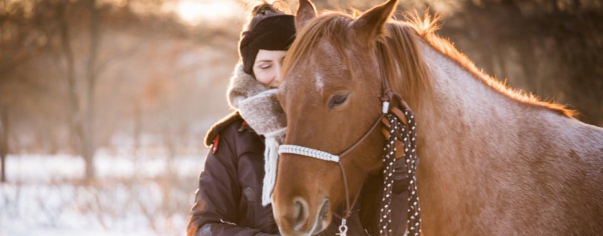Petra und Carey im Winter stehen am Kopf nah beieinander