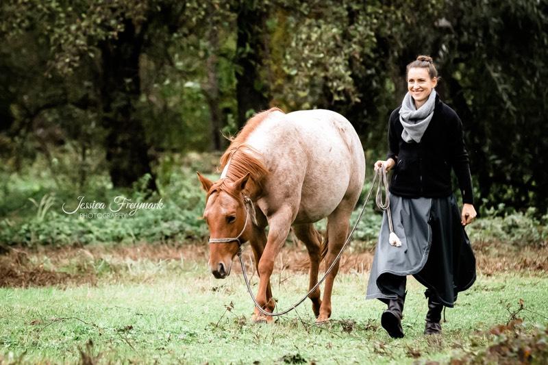 Petra mit Carey auf der Weide
