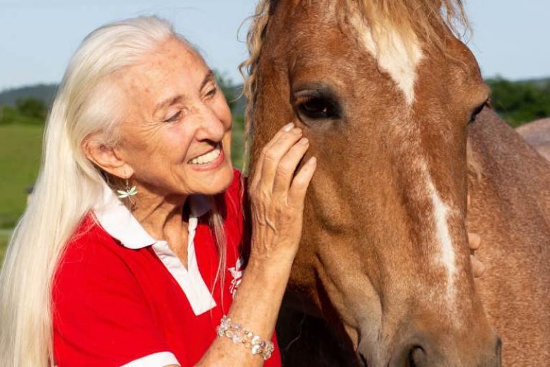 Linda Tellington streichelt Pferd im Gesicht